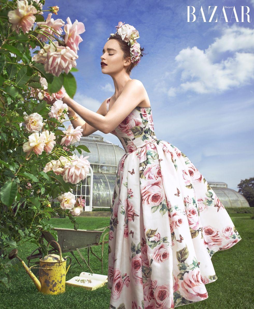emilia clarke za bazaar s ružama